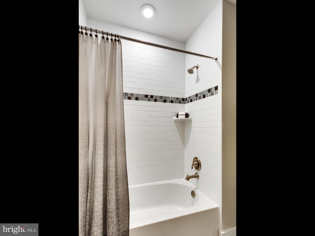 Bath - 1560 HANE ST, MCLEAN