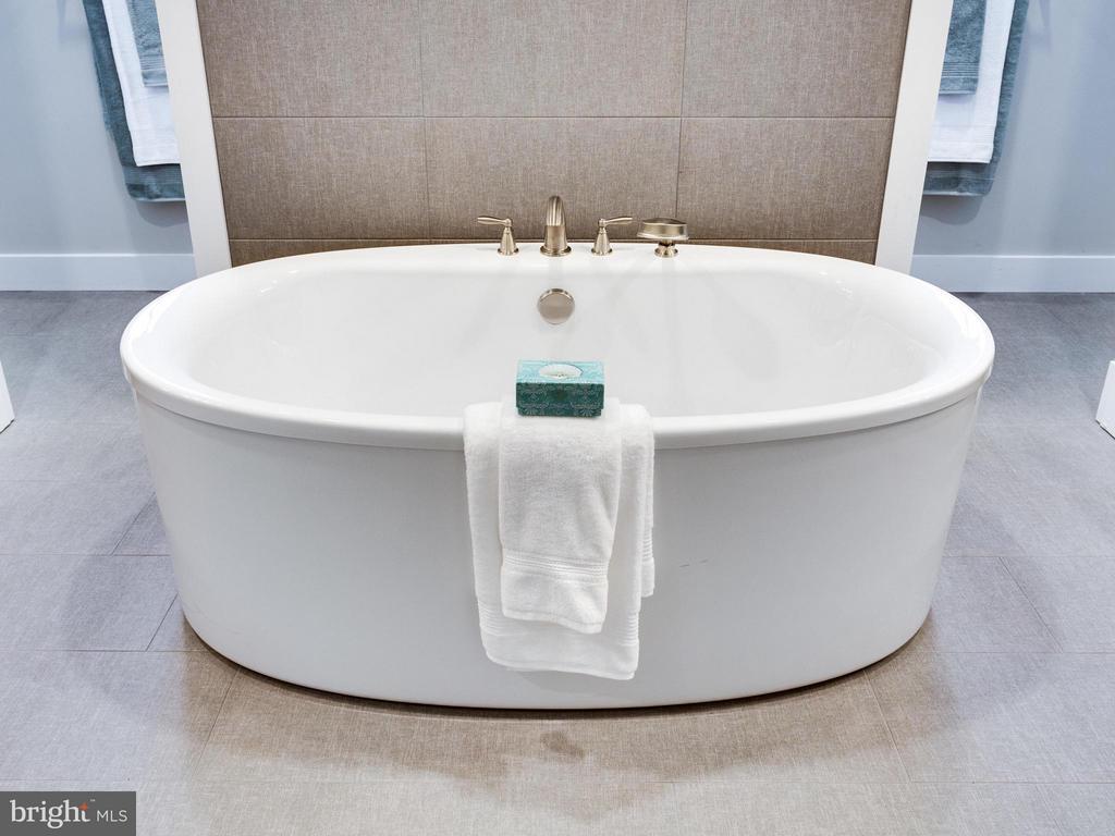Bath (Master) - 1560 HANE ST, MCLEAN