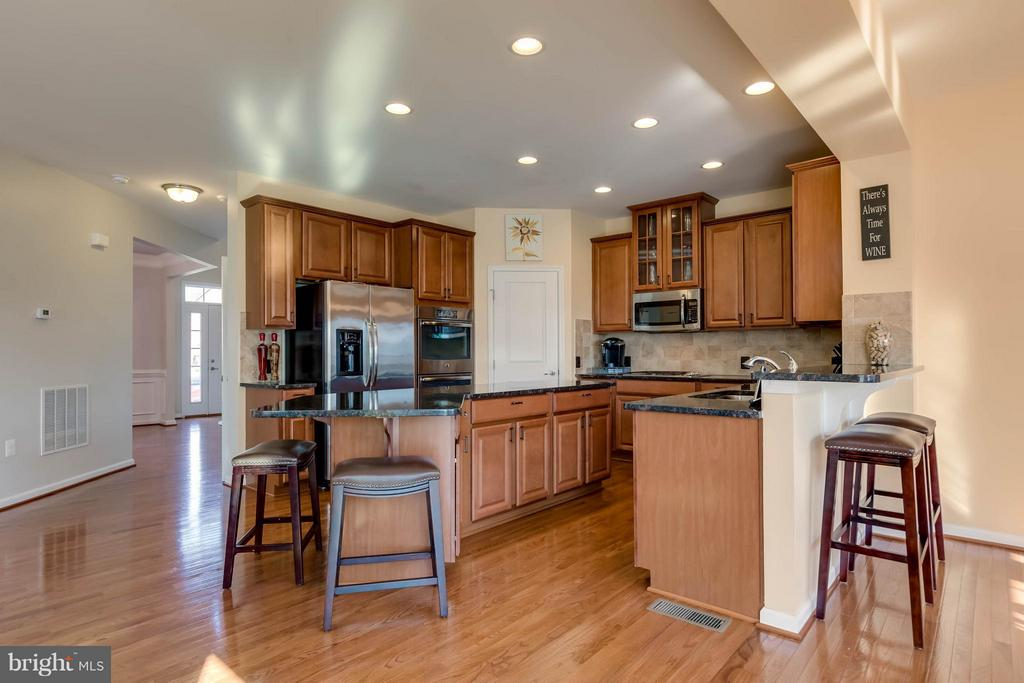 Gourmet Kitchen with Large Island - 42402 MADTURKEY RUN PL, CHANTILLY