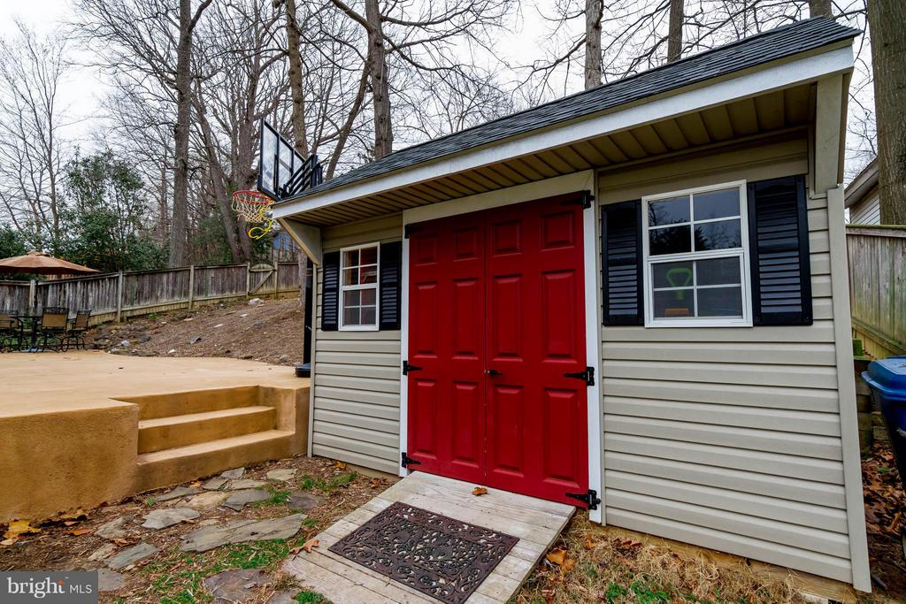Large storage shed that matches the home - 18909 RED OAK LN, TRIANGLE