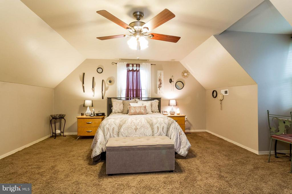 Upper level bedrooms with cape cod character! - 18909 RED OAK LN, TRIANGLE