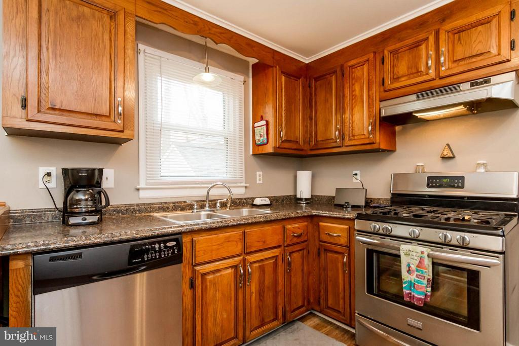 Kitchen with updated SS appliances - 18909 RED OAK LN, TRIANGLE