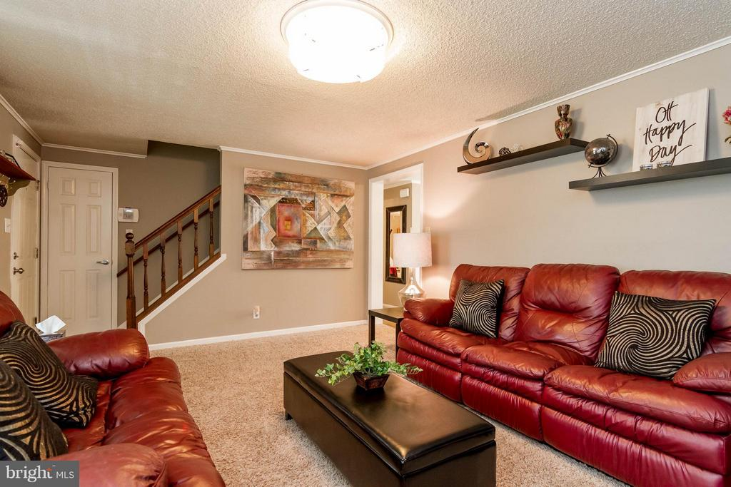 Comfortable family room to unwind in - 18909 RED OAK LN, TRIANGLE