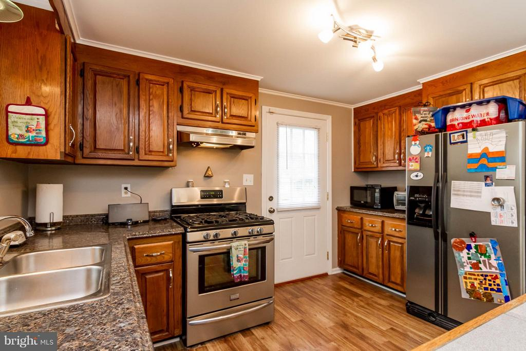 Direct kitchen access from side door. - 18909 RED OAK LN, TRIANGLE