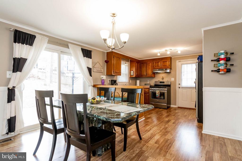 Large eat-in kitchen with tons of light - 18909 RED OAK LN, TRIANGLE