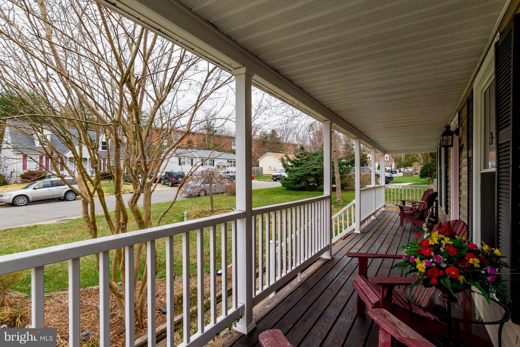 Full length front porch! - 18909 RED OAK LN, TRIANGLE