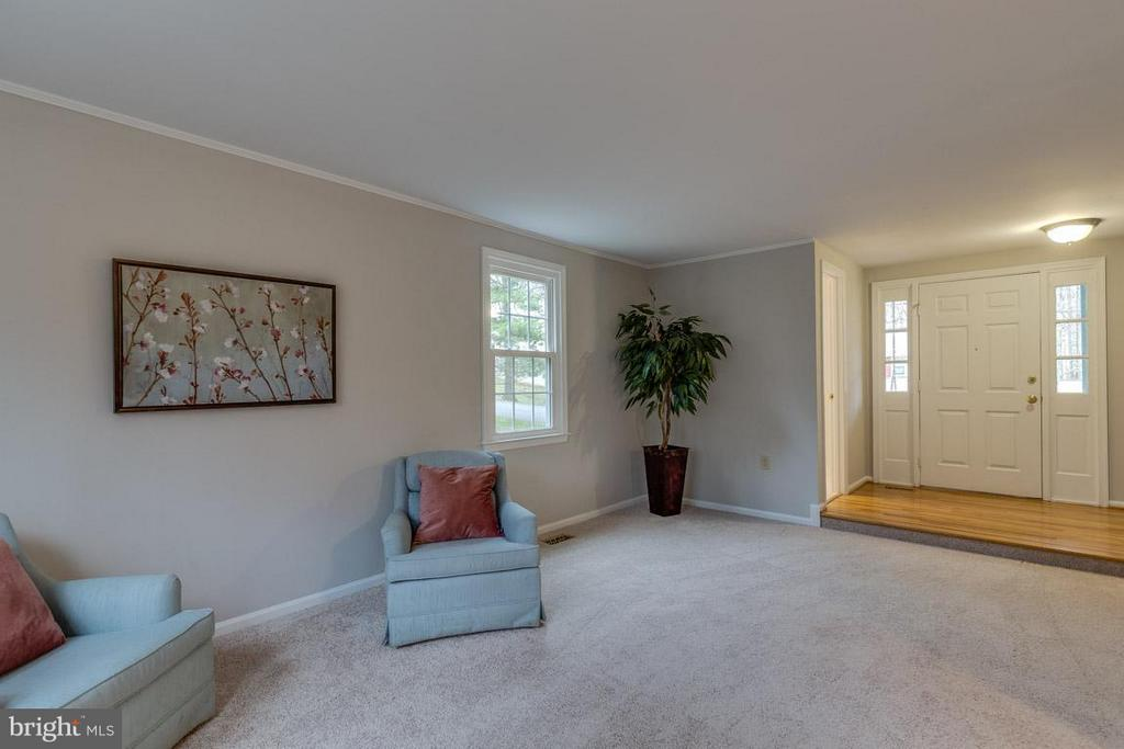 Spacious Living Room with new carpet - 5912 NEW ENGLAND WOODS DR, BURKE