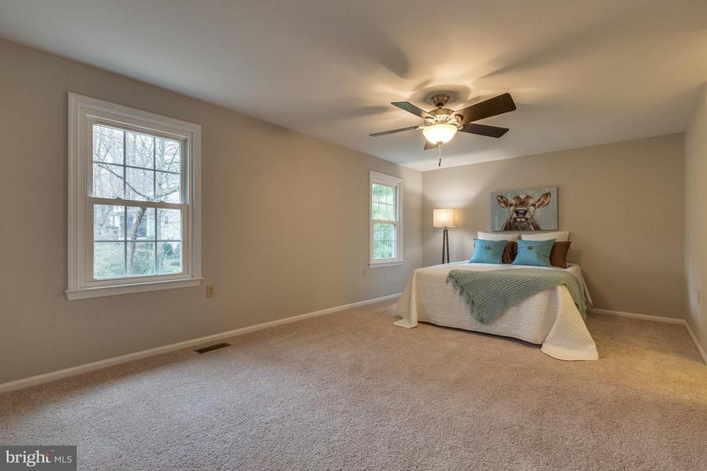 Large master bedroom with updated fixtures - 5912 NEW ENGLAND WOODS DR, BURKE