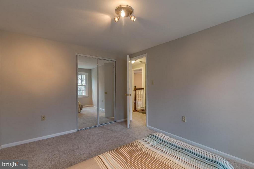 Bedrooms with sizable closets - 5912 NEW ENGLAND WOODS DR, BURKE
