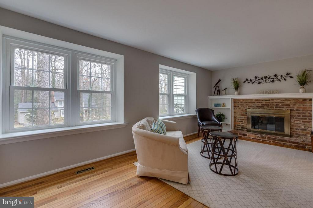 Double-pane, tilt-in windows throughout. - 5912 NEW ENGLAND WOODS DR, BURKE