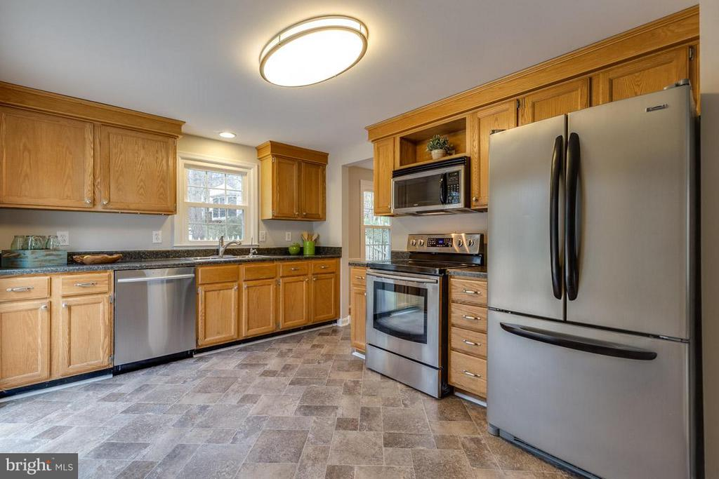 Stainless steel appliances and access to deck - 5912 NEW ENGLAND WOODS DR, BURKE