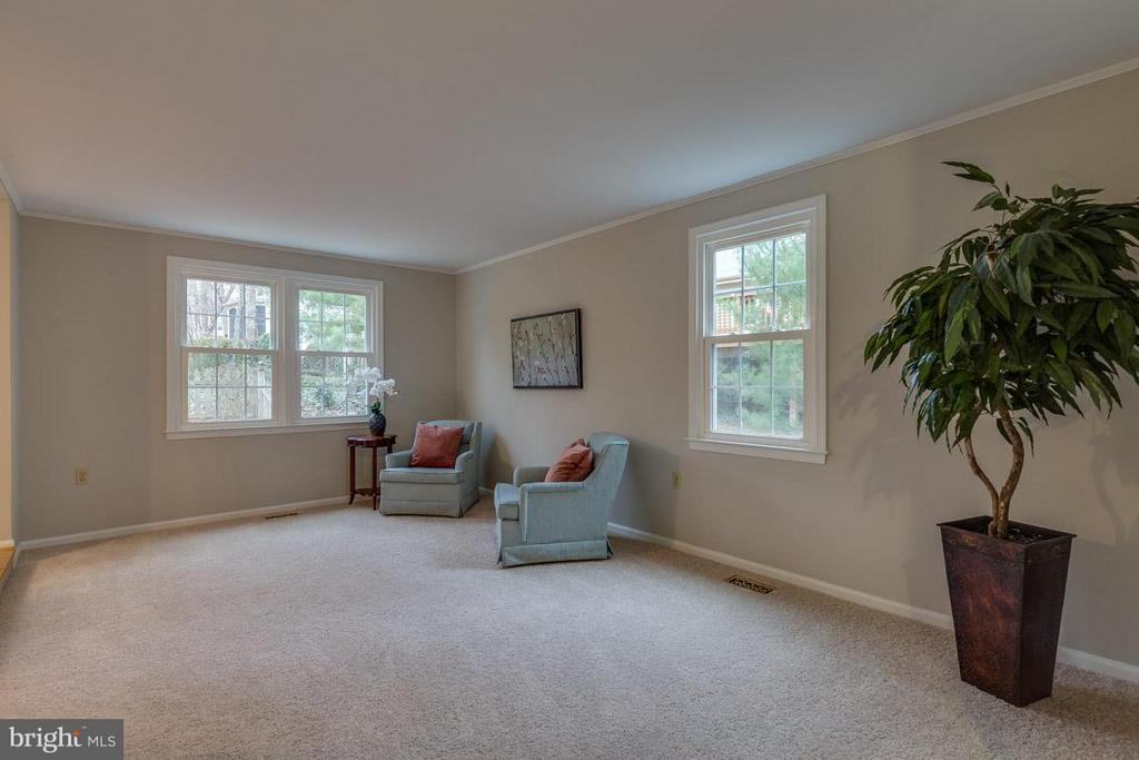 Living Room features windows and crown molding - 5912 NEW ENGLAND WOODS DR, BURKE