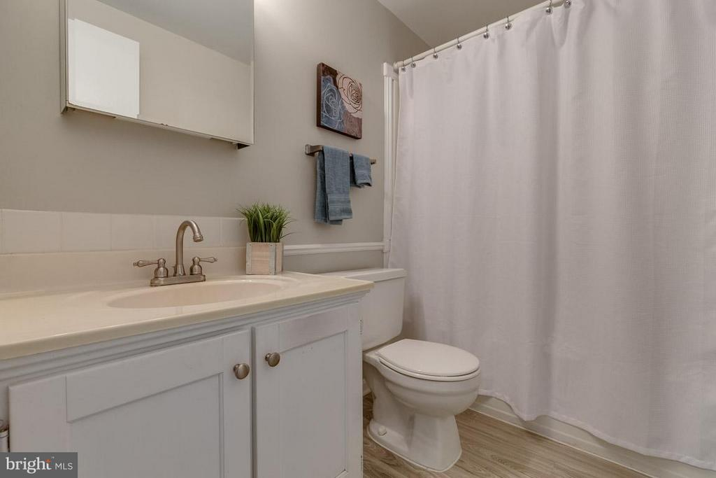 Hall full bathroom with neutral tones - 5912 NEW ENGLAND WOODS DR, BURKE