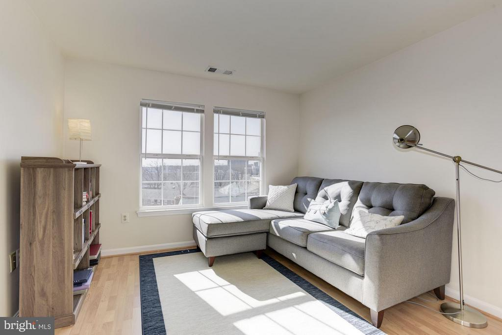Use the loft as a relaxing space - 801 GREENBRIER ST #408, ARLINGTON