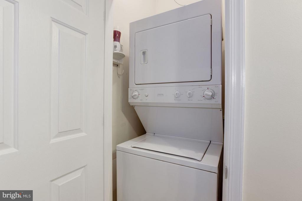 The washer/dryer are discretely placed - 801 GREENBRIER ST #408, ARLINGTON