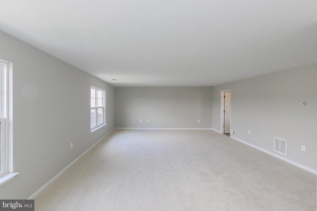 Oversized master suite - 108 CHARDIN CT, MARTINSBURG