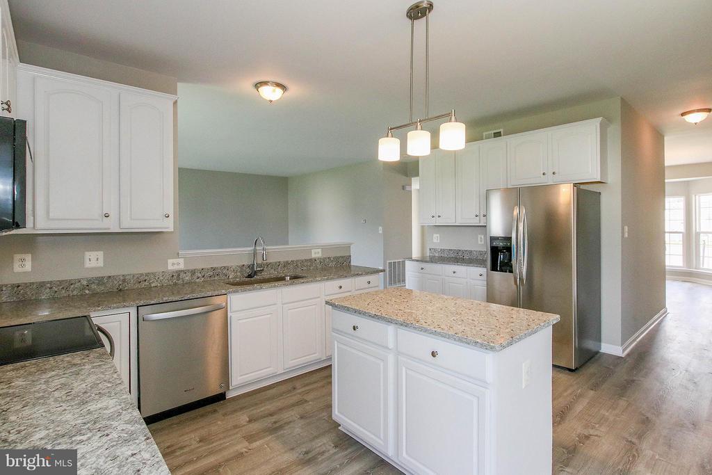 New granite countertops & white cabinetry - 108 CHARDIN CT, MARTINSBURG