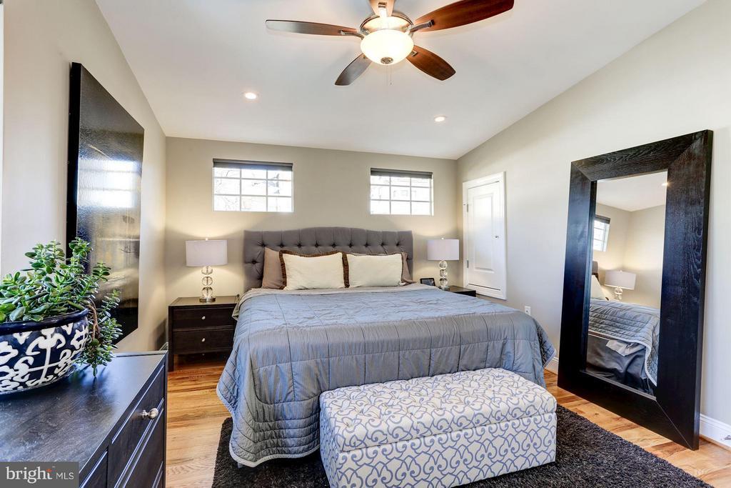 King Size Bed in Master Bedroom - 2008 HAMLIN ST NE, WASHINGTON