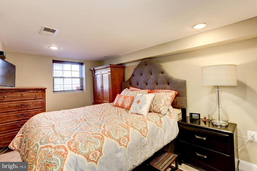 Lower Level Inlaw Suite Bedroom - 2008 HAMLIN ST NE, WASHINGTON