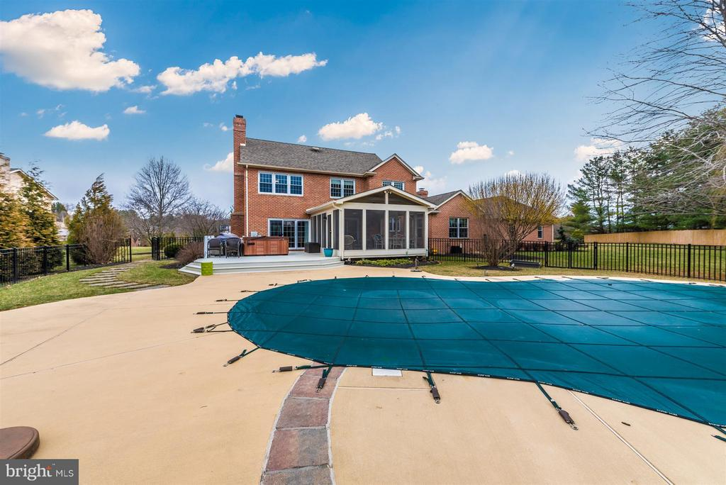 Screened in porch and pool - 7902 W BROOKRIDGE DR, MIDDLETOWN
