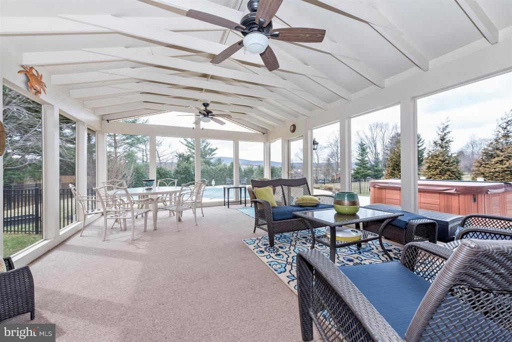 Exterior screened in porch off kitchen - 7902 W BROOKRIDGE DR, MIDDLETOWN