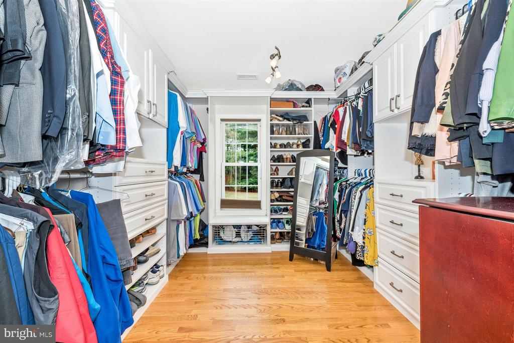 well appointed master closet - 7902 W BROOKRIDGE DR, MIDDLETOWN