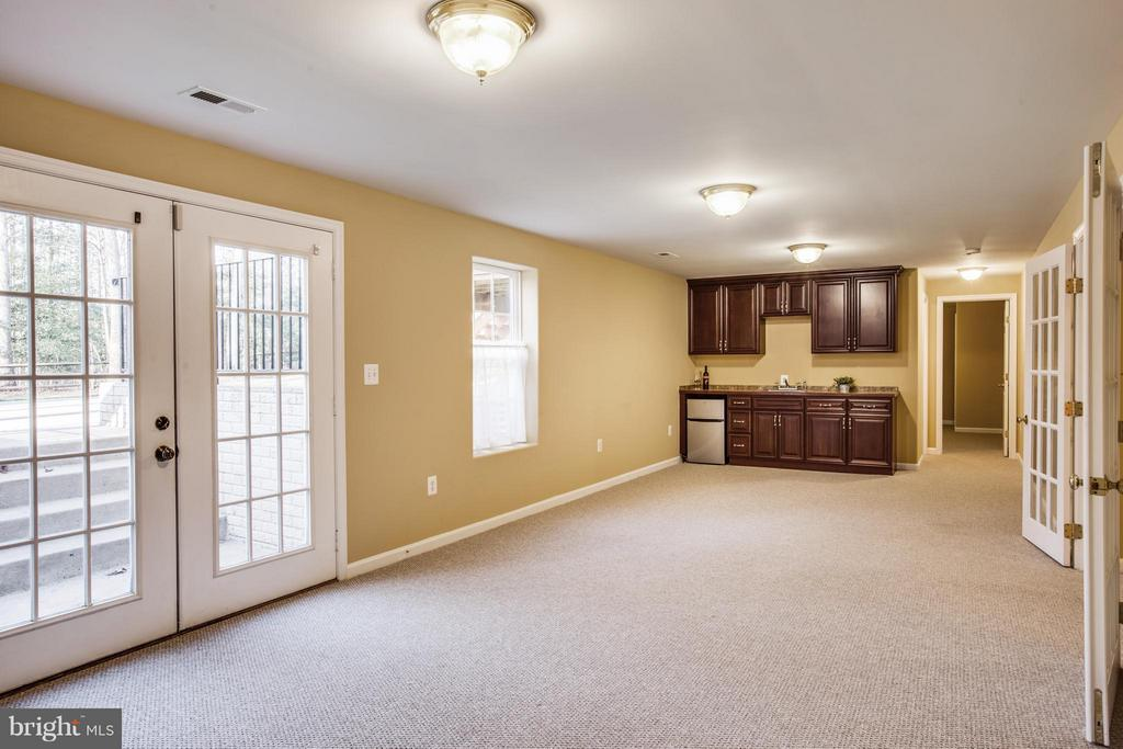 Second basement family room equipped w/kitchenette - 229 SAINT MARYS LN, STAFFORD