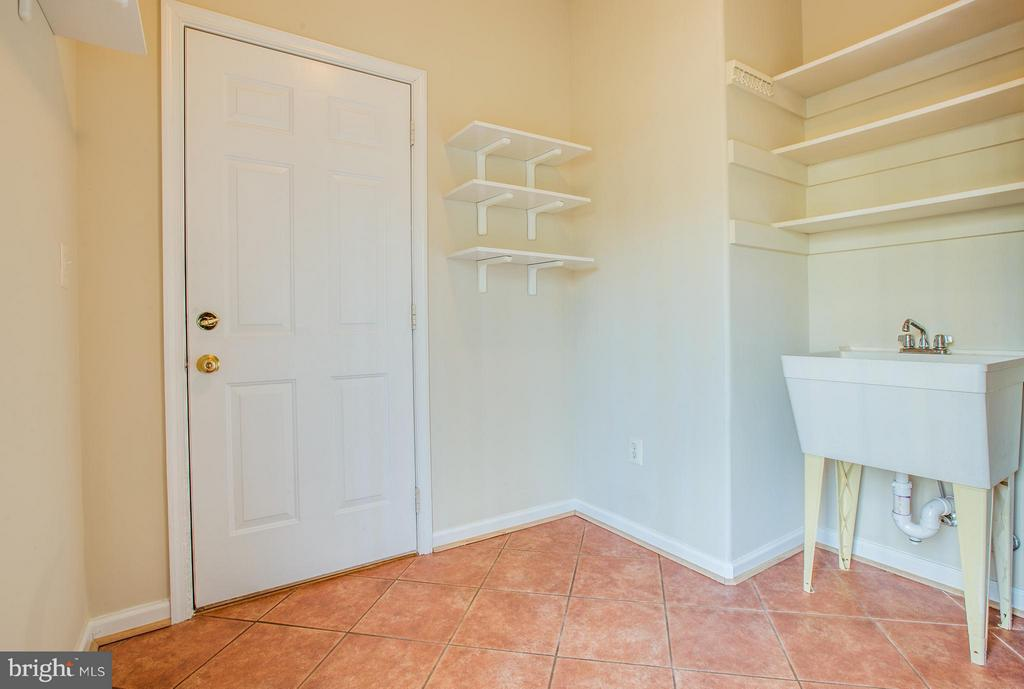 Oversized mudroom w/access to garage and backyard - 229 SAINT MARYS LN, STAFFORD