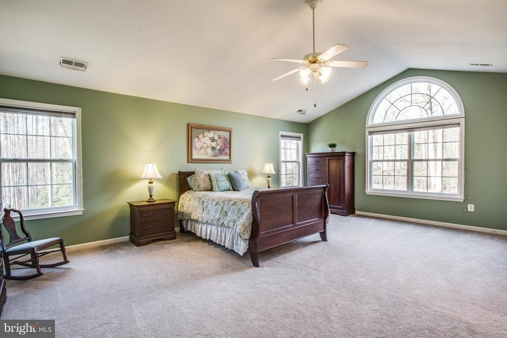 Staycation! Vaulted ceiling and cathedral window - 229 SAINT MARYS LN, STAFFORD