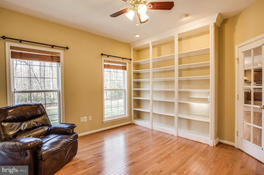 Great built-ins! Study can also be main level bed - 229 SAINT MARYS LN, STAFFORD