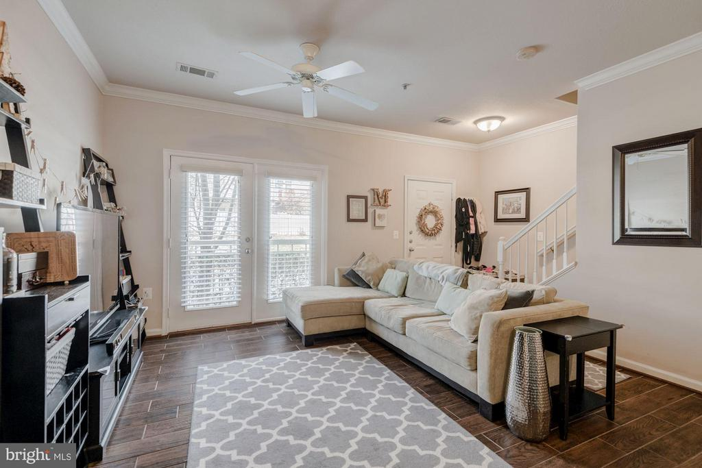 Bright and spacious living room - 2765 CENTERBORO DR #159, VIENNA