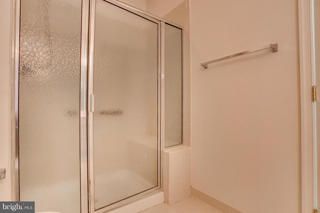 Large Shower w/ Bench - 30 ASPEN HILL DR, FREDERICKSBURG