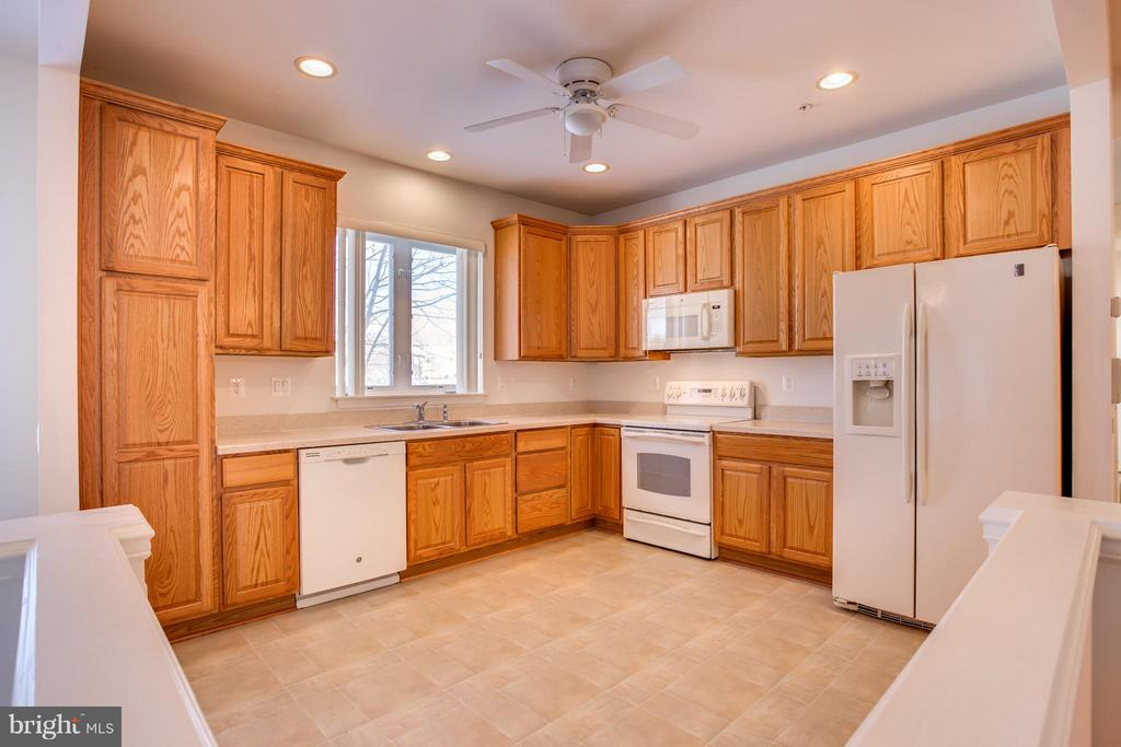 Spacious Kitchen - 30 ASPEN HILL DR, FREDERICKSBURG