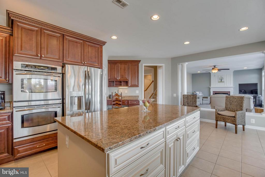Beautilful Kitchen with Center Island - 43812 CHURCHILL GLEN DR, CHANTILLY