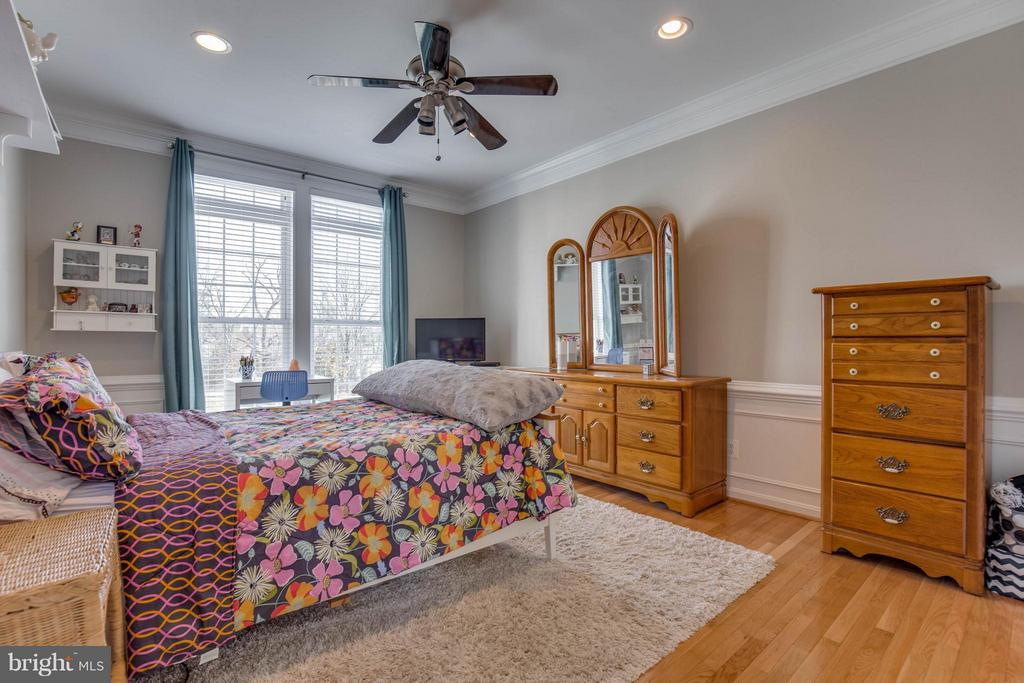 Main Level Bedroom with Full Bathroom - 43812 CHURCHILL GLEN DR, CHANTILLY