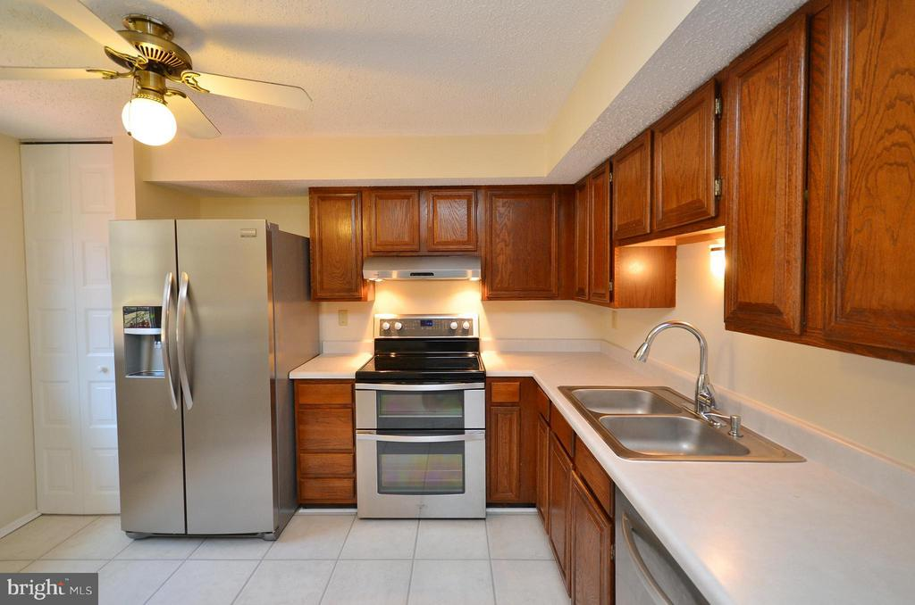 Kitchen with Stainless Steal Appliances - 5326 LAROCHELLE CT, ALEXANDRIA
