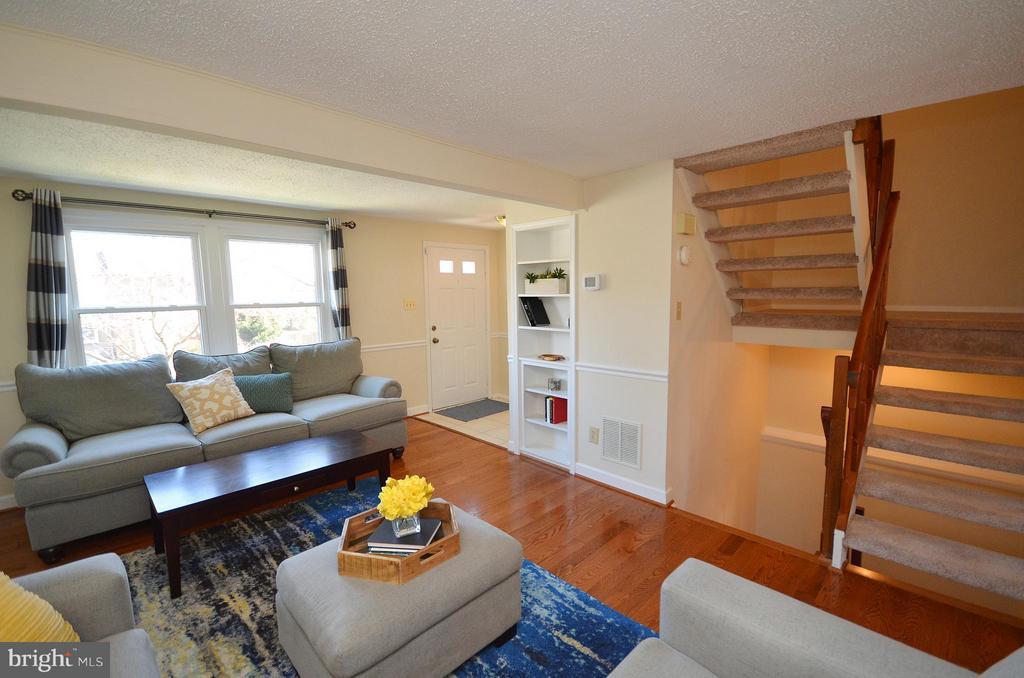 Living Room with Built-in Bookshelves - 5326 LAROCHELLE CT, ALEXANDRIA