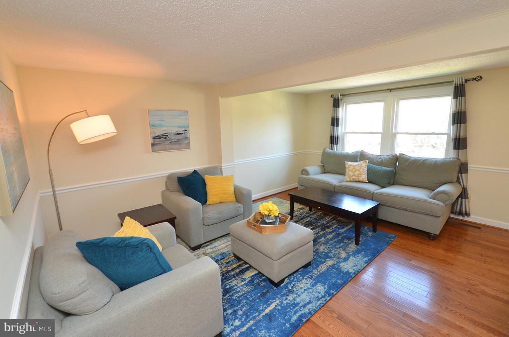 Beautiful Living Room with Hardwood Floors - 5326 LAROCHELLE CT, ALEXANDRIA