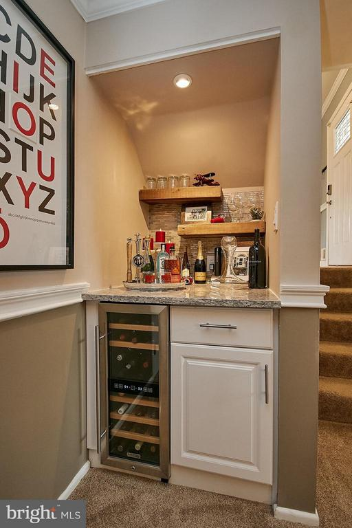 Family room custom wine bar - 3205 TRAVELER ST, FAIRFAX