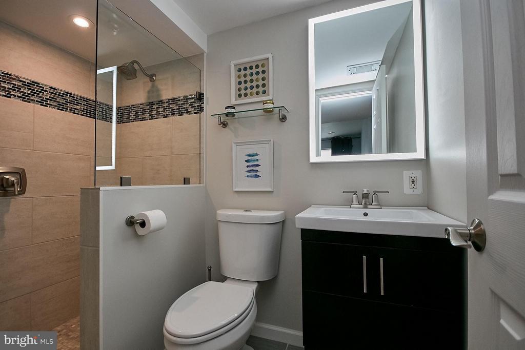 Second master renovated en suite bathroom - 3205 TRAVELER ST, FAIRFAX