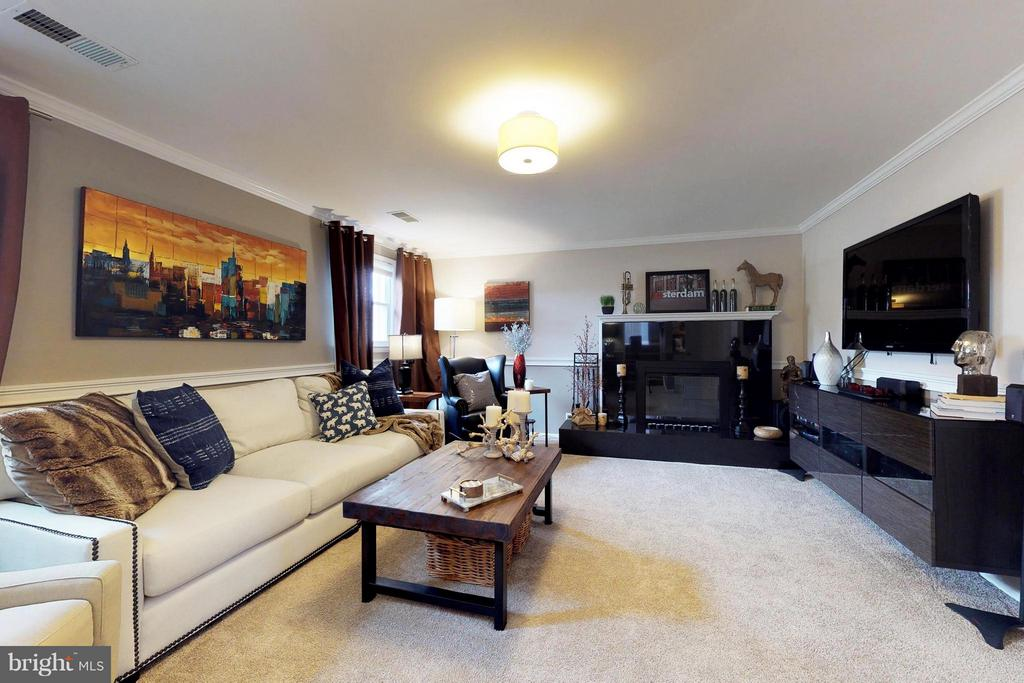 Spacious family room with fireplace - 3205 TRAVELER ST, FAIRFAX