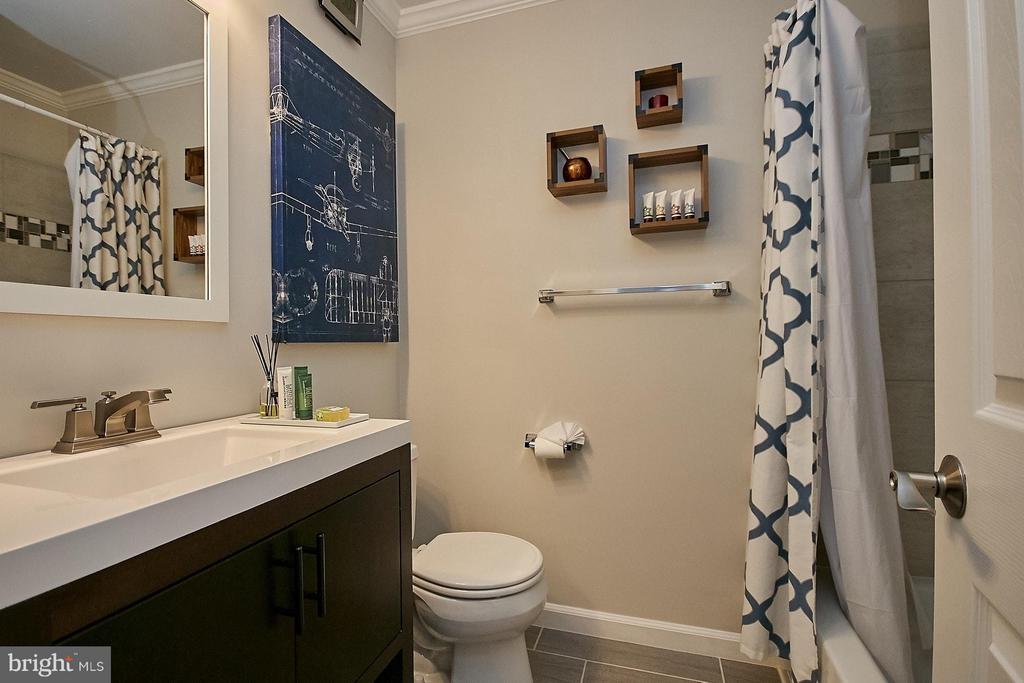 Renovated upper hallway bathroom - 3205 TRAVELER ST, FAIRFAX