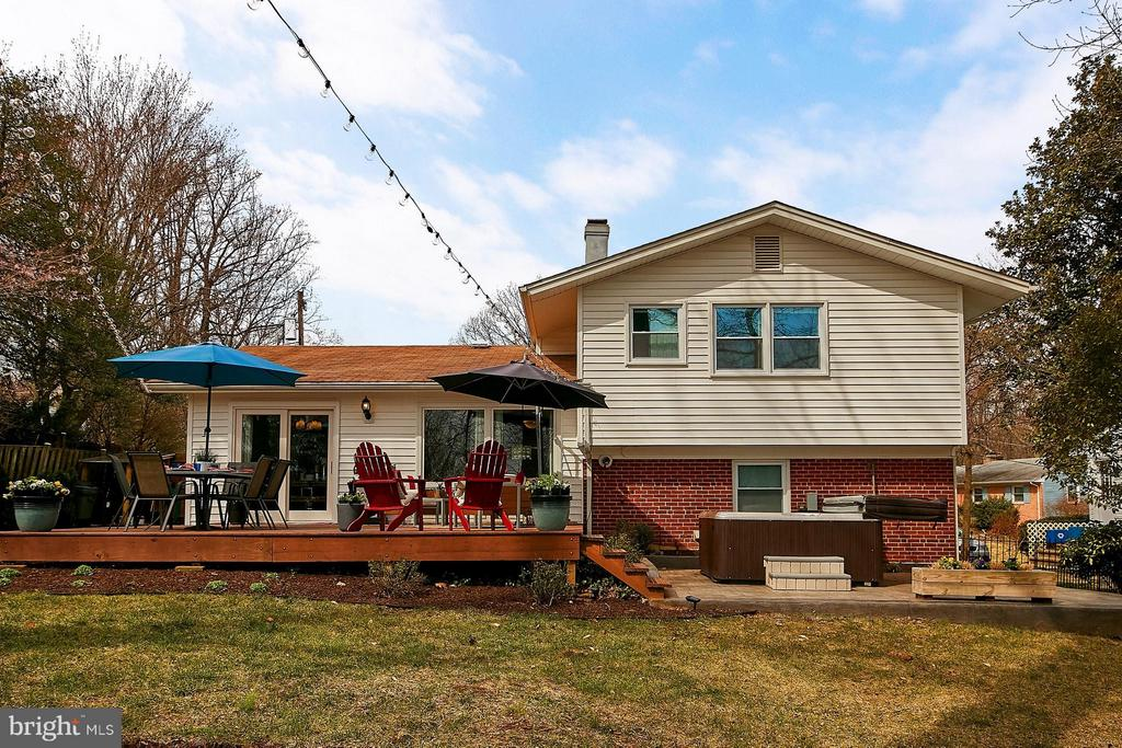 Fenced rear yard with deck and patio - 3205 TRAVELER ST, FAIRFAX