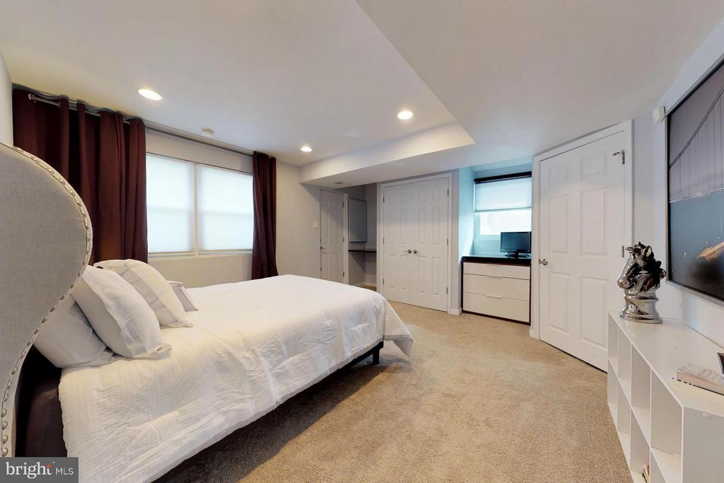 Second master suite on lower level - 3205 TRAVELER ST, FAIRFAX
