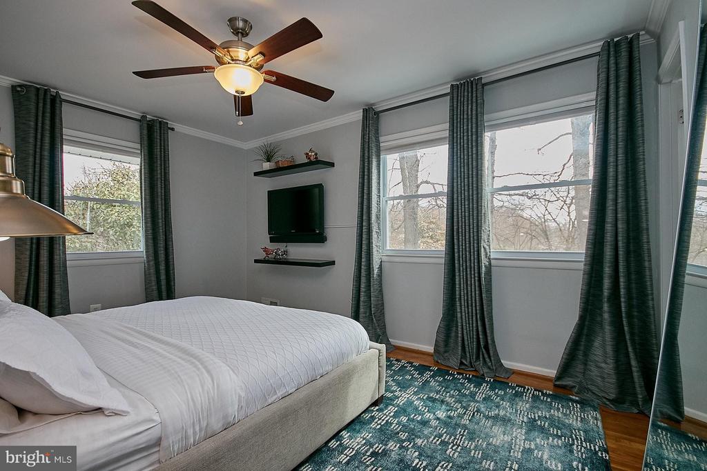 Upper level master bedroom suite - 3205 TRAVELER ST, FAIRFAX