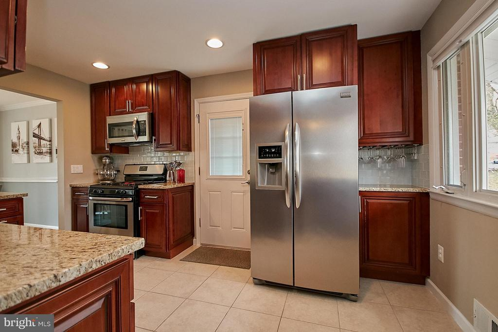 Stainless steel appliances and granite counters - 3205 TRAVELER ST, FAIRFAX
