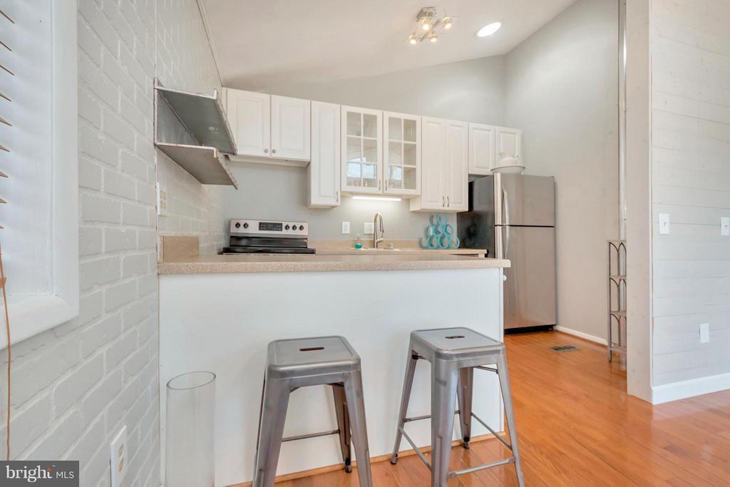 Kitchen breakfast bar, new appliances - 307 WESTOVER PKWY, LOCUST GROVE