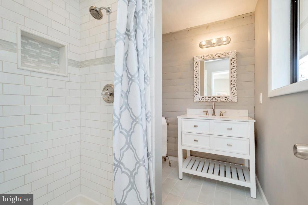 tiled shower and flooring - 307 WESTOVER PKWY, LOCUST GROVE