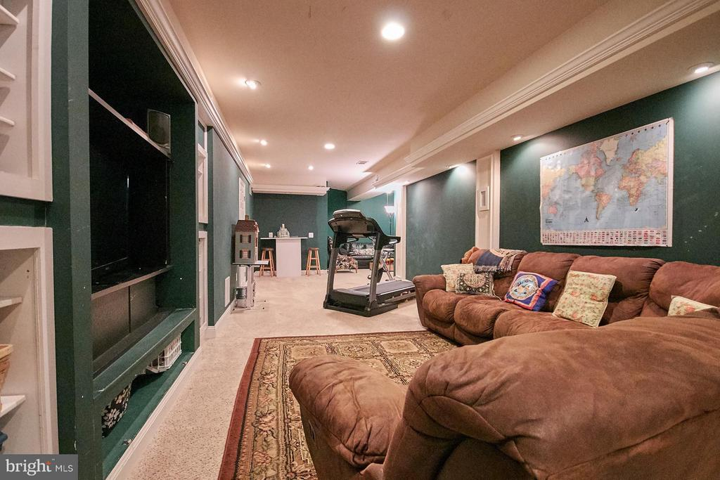 Huge Recreation Room with Built-ins - 9322 OLD BURKE LAKE RD, BURKE