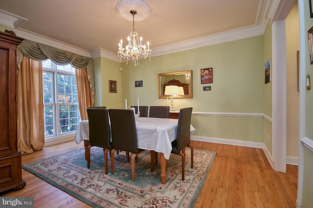 Formal Dining with Crown Molding and Chair Rail - 9322 OLD BURKE LAKE RD, BURKE